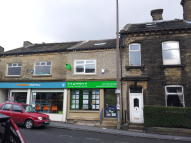 Flat to rent in High Street, Queensbury...