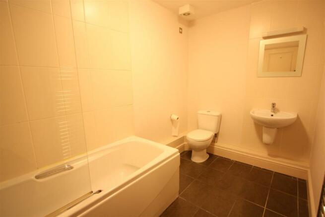 16 Longshore Apartments En Suite Bathroom