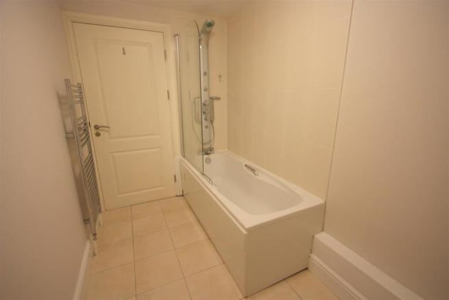 8 Longshore Apartments En Suite Bathroom