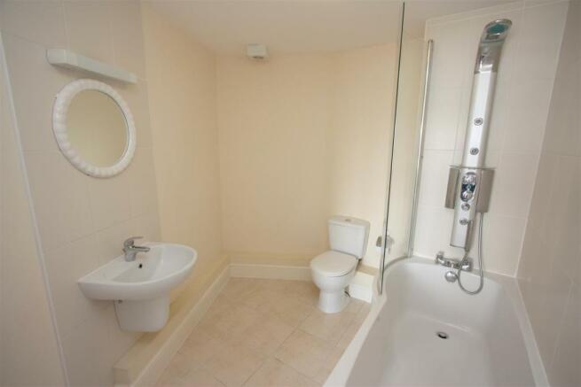 12 Longshore Apartments En Suite Bathroom