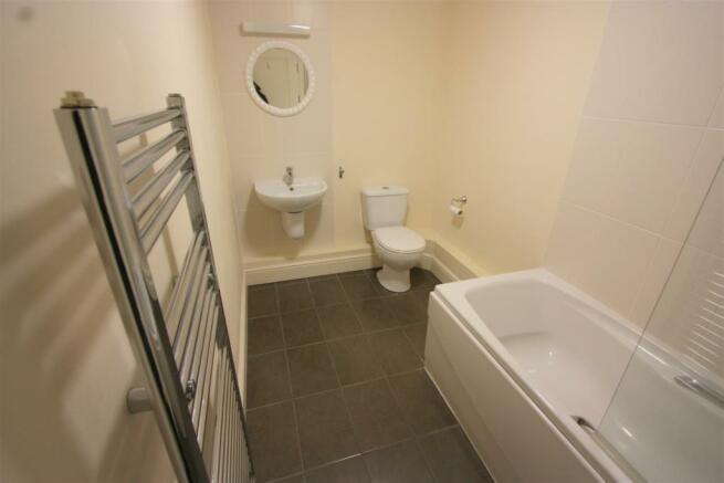 7 Longshore Apartments En Suite Bathroom