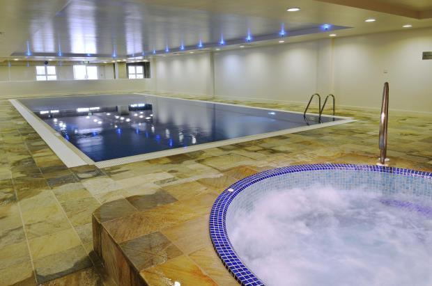 Communal Swimming pool and Jacuzzi