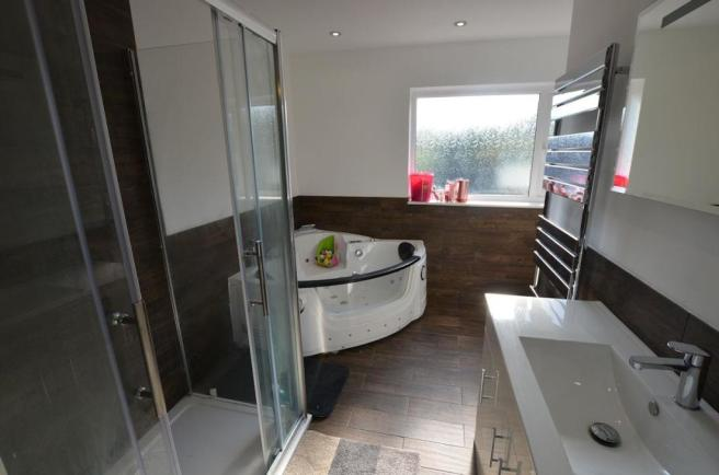 Ensuite shower room 1.jpg