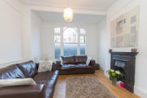 1 bed Ground Flat in Dinsmore Road...