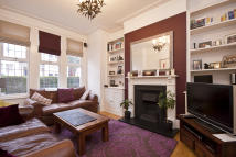 Ground Flat to rent in Lynn Road, Clapham South...
