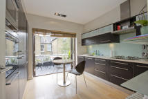 3 bed Flat to rent in Hazelbourne Road, London...