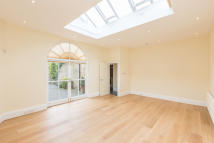 Ground Flat to rent in Rosebery Road, London...