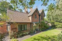 3 bed house in Old Avenue, Weybridge...
