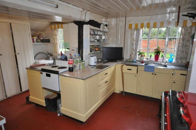 KITCHEN FURTHER VIEW