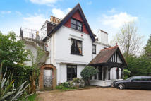 3 bed Ground Flat in Cobbetts Hill, Weybridge...