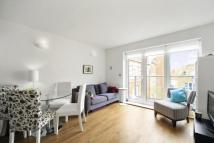 Flat to rent in Kingsway Square, SW11