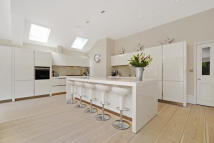 5 bed home in Albert Bridge Road...