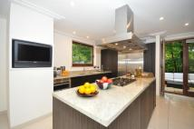 4 bed Flat in Maple Court...