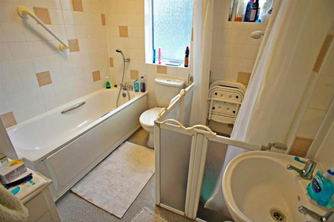 larkswoodbathroom.jpg