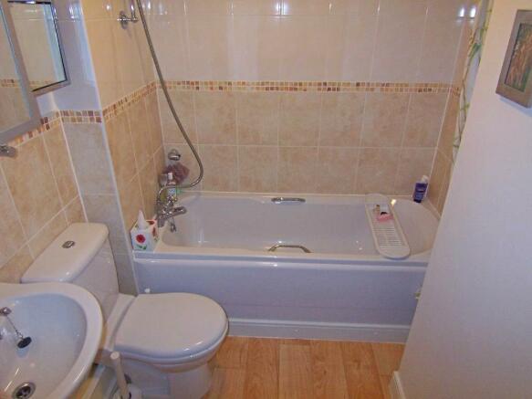 lockwoodplacebathroom.jpg