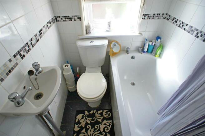 manorfarmdrivebathroom.jpg