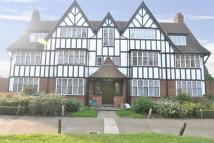 Flat to rent in Queens Drive, W3