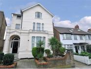 2 bedroom Flat to rent in Acacia Road, W3