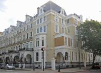 3 bedroom Flat in Redcliffe Square, London