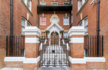 Flat for sale in Moscow Road, London