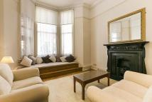 Flat to rent in Ashburn Place, London...