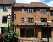 Town House to rent in Calshot Court...