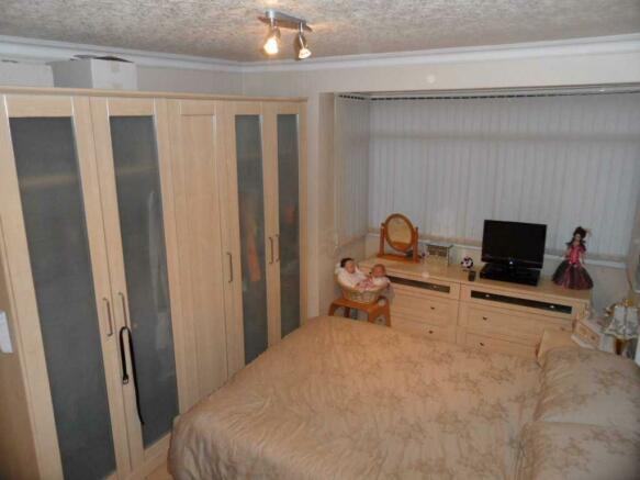 Master Bedroom 15'6 (4.72m) x 9'11 (3.02m)