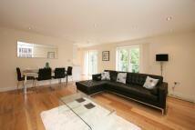 Flat in 3 bedroom property in...