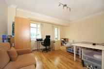 Studio flat in Warren Court...