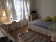 Studio flat to rent in Park Ridings, London