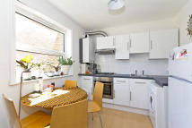 Flat to rent in Stamford Hill, London...