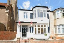 3 bed Flat in Gorringe Park Avenue...