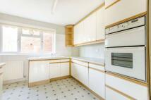 2 bedroom Flat in Lyonsdown Road...