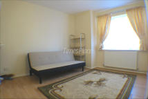 1 bed Ground Flat in Hogarth Crescent, London...