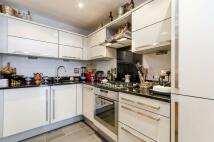 2 bedroom Flat in Hampton Court Mews...