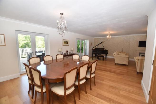 'L' SHAPED LOUNGE/DINING ROOM