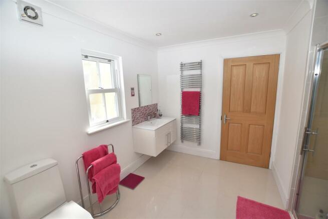 LUXURY SHOWER ROOM EN SUITE SERVING BEDROOMS 2 & 3