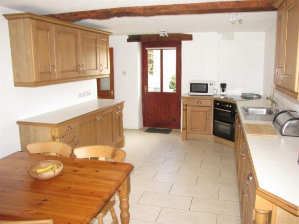 7207 Kitchen 2.JPG