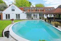 5 bedroom Detached house in Barnet Gate Lane, BARNET...