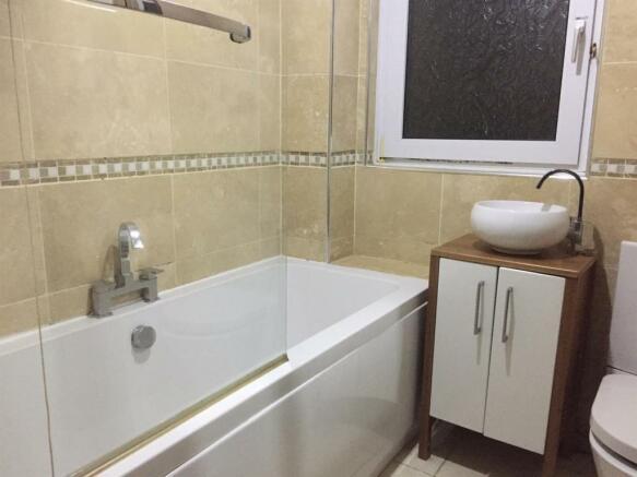 41 Longfield bathroom new.JPG