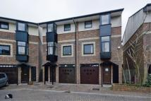 4 bedroom Apartment in Barnfield Place, E14