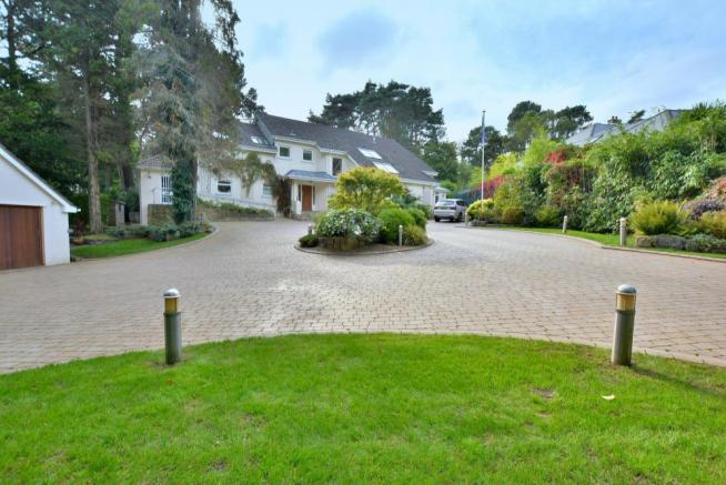Driveway to the front