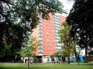 Flat to rent in Throwley Way, SUTTON