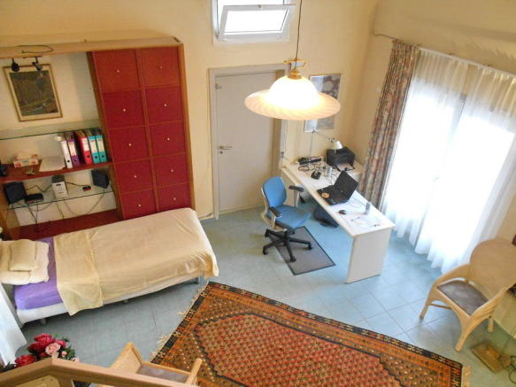 Down to bed/sit room