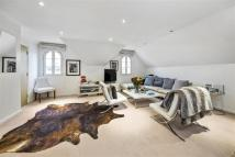 2 bed Flat in Hampton Court Mews...
