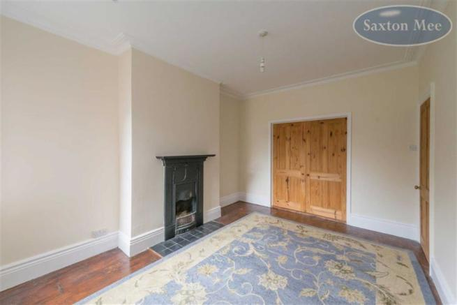 SUPERB WELL PROPORTIONED DINING ROOM
