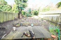 2 bedroom Flat in Parolles Road, London...