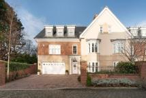 6 bed semi detached home in Grove Park Square...