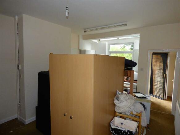Living Room/Kitchen: