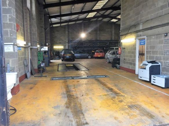 Fully Equipped Garage : Light industrial for sale in a well established fully